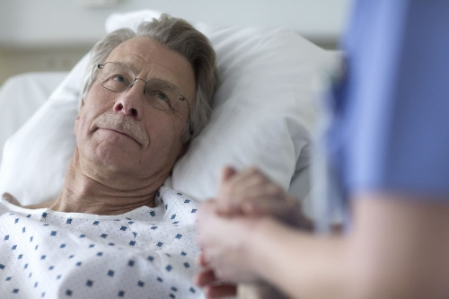 Asistentă_medicală_ținând_mâinile_pacientului_Tork.jpg